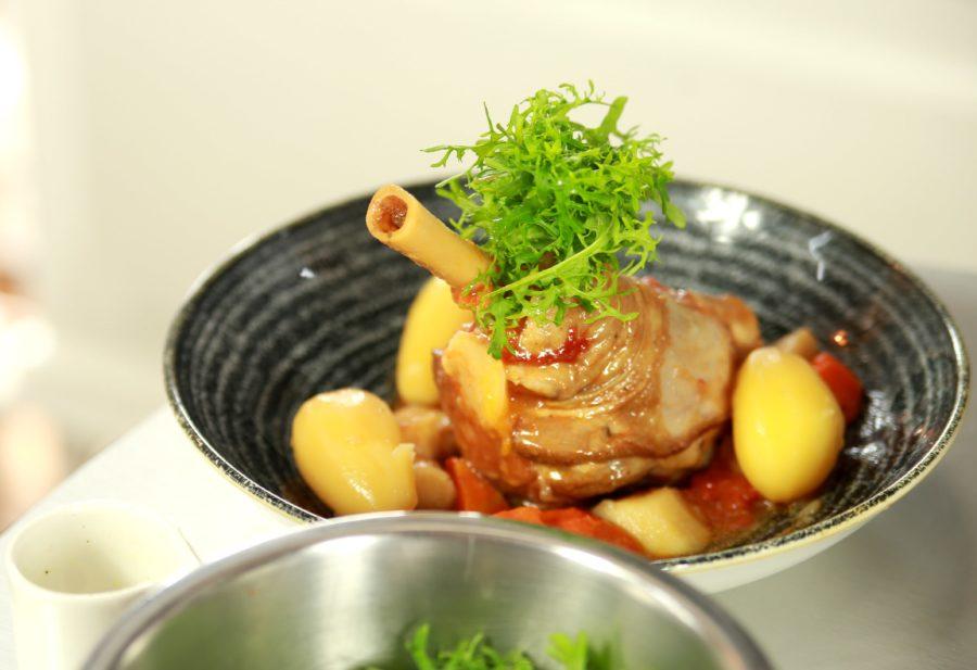 Gicz jagnięca z ziemniakami truflowymi