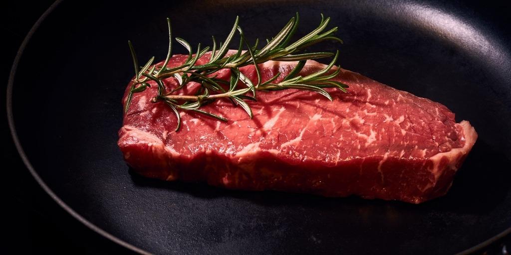 Steki – mięsa, z których się je przyrządza, stopnie wysmażenia, przepis na stek doskonały, Blog Restauracja Akademia
