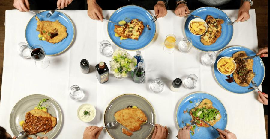 Dobre jedzenie w miłym towarzystwie – posiłek dodatkiem do spotkań