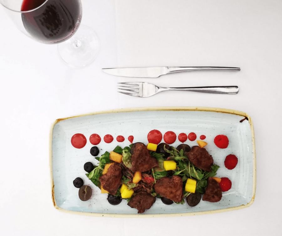 Dlaczego wybieramy wino do posiłku i jak je odpowiednio dobrać?
